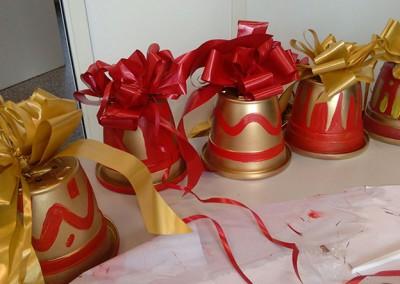 Gli addobbi realizzati con vasi di plastica